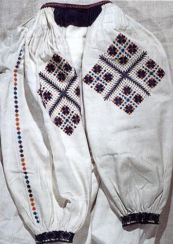 """Жіноча сорочка початку XX ст. Домоткане конопляне полотно, техніка вишивки вирізування, гладь. На рукаві орнамент — """"смерічка"""", а на зап'ясті — """"павучки""""."""